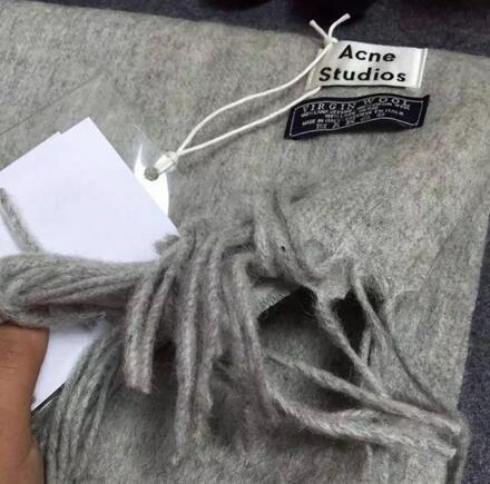 围巾,还有UGG,皮短裤彩虹条毛衣到手
