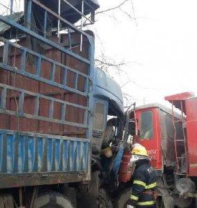京山两货车相撞 人员成功获救