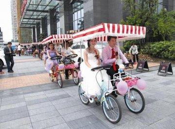 宜昌新郎自行车接亲 环保受热议