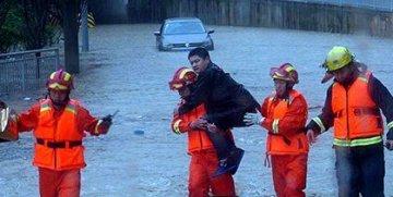 巴东野三关镇受暴雨袭击 多人受困