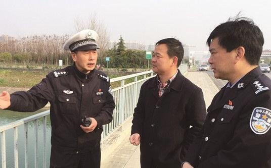 市公安局交警支队支队长熊葵(右一)与相关人员在漳河总干渠边现场办公