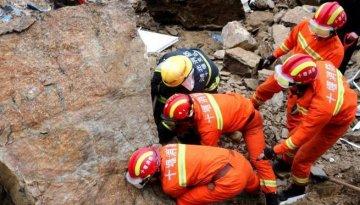 湖北房县山石滚落致3间活动平房倒塌 2