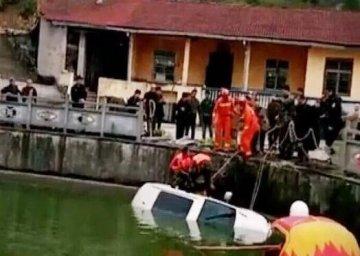 罗田一小车冲入水塘两人被困 消防官兵