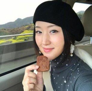 杨钰莹和花合影皮肤白皙笑容甜