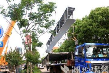 孝昌一天内拆除2块跨街巨型广告牌