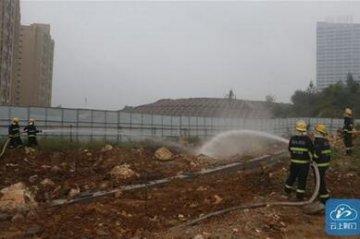 工地挖断天然气管道 消防用水枪稀释泄