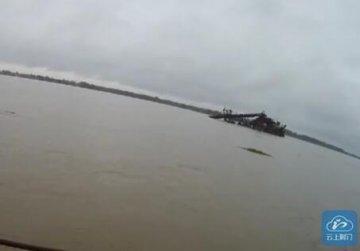船只江中遇险致六名船员被困 民警生死营救