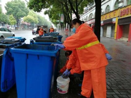 掇刀每日清洗400余个垃圾桶果皮箱
