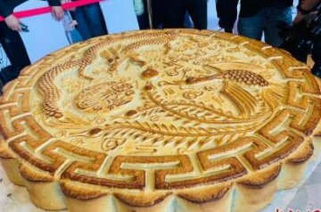 成都666斤巨型月饼王亮相:20分钟内被分食一空